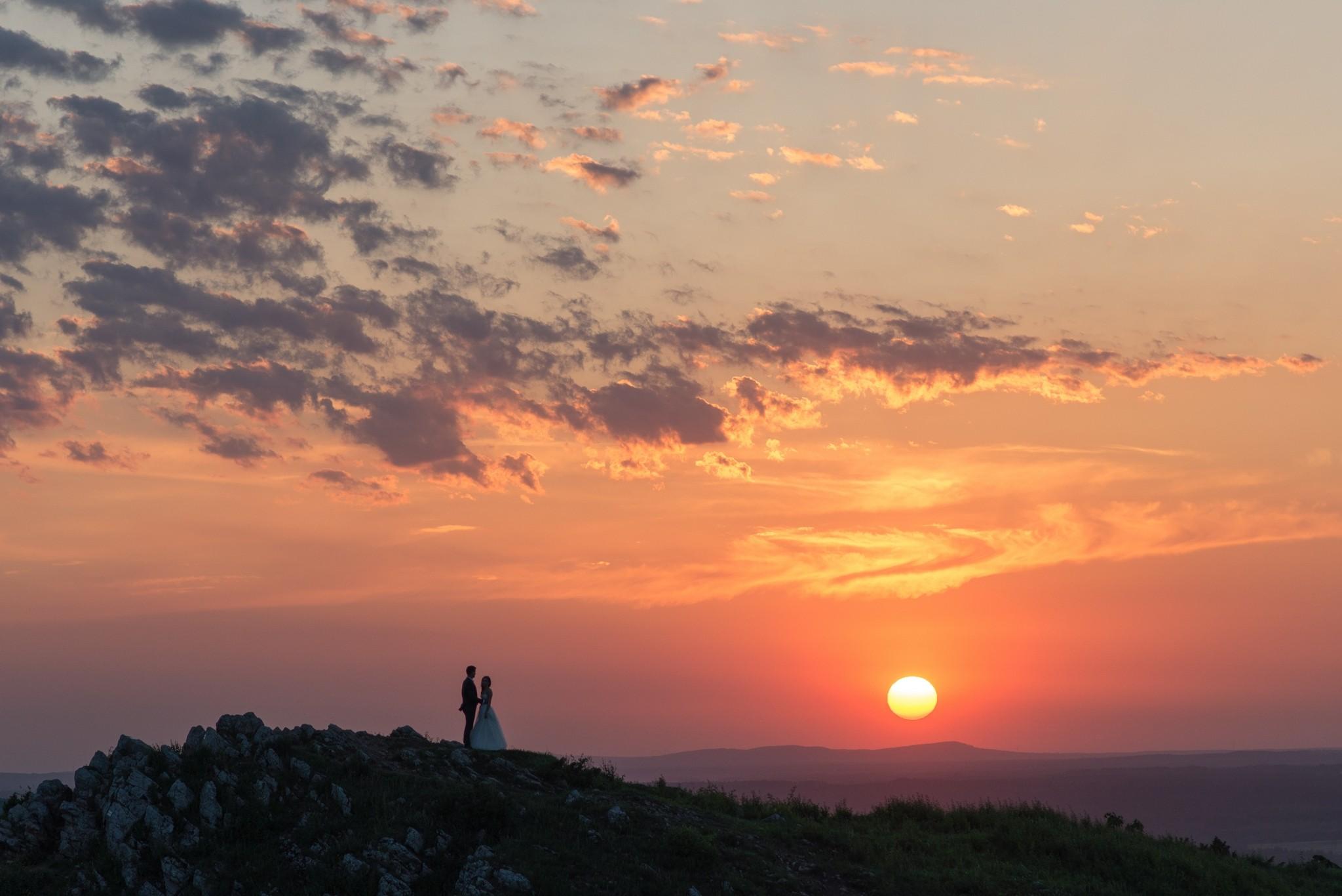 Para młoda na tle zachodzącego słońca