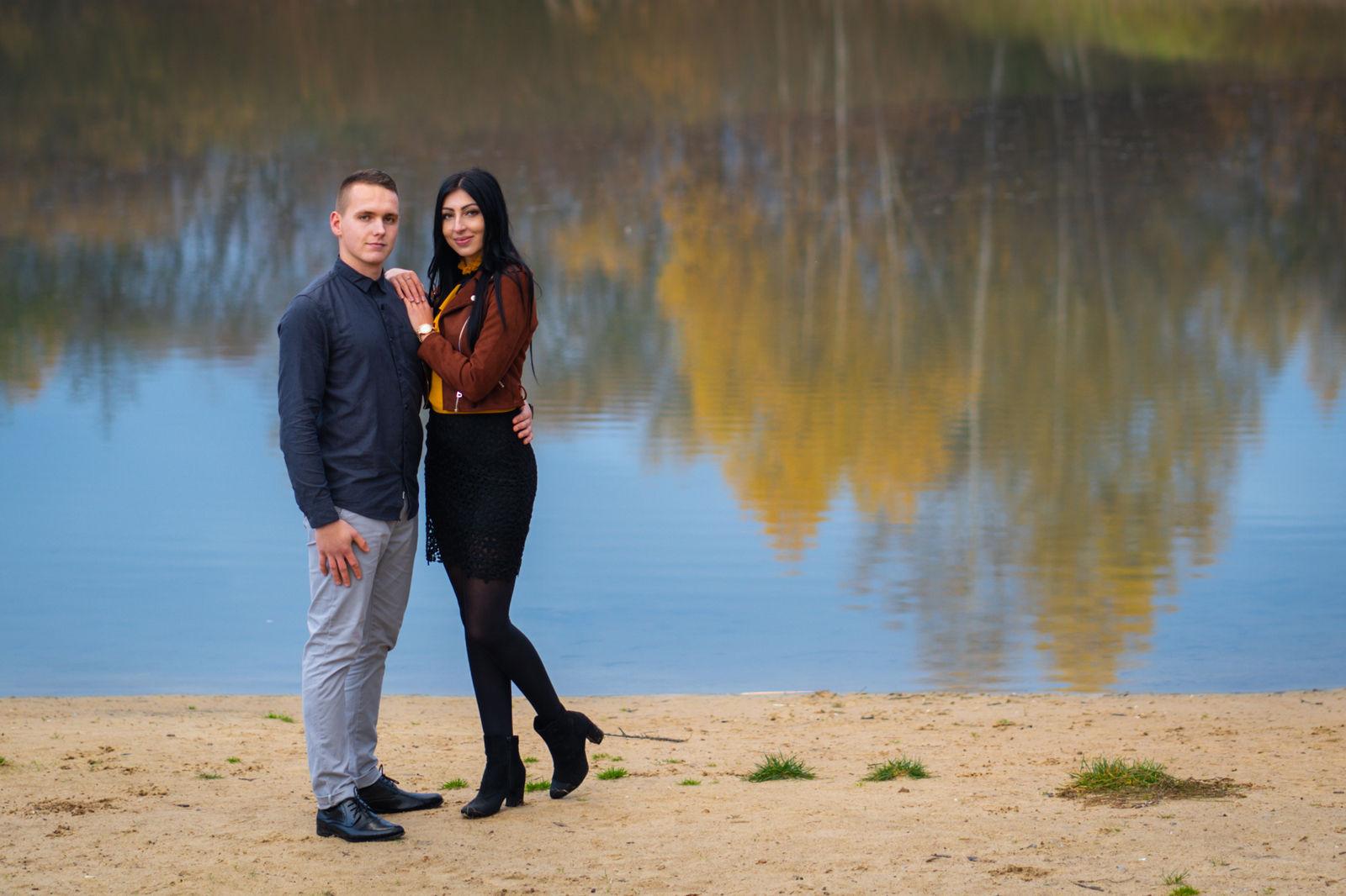 Jesienna sesja narzeczeńska nad jeziorem