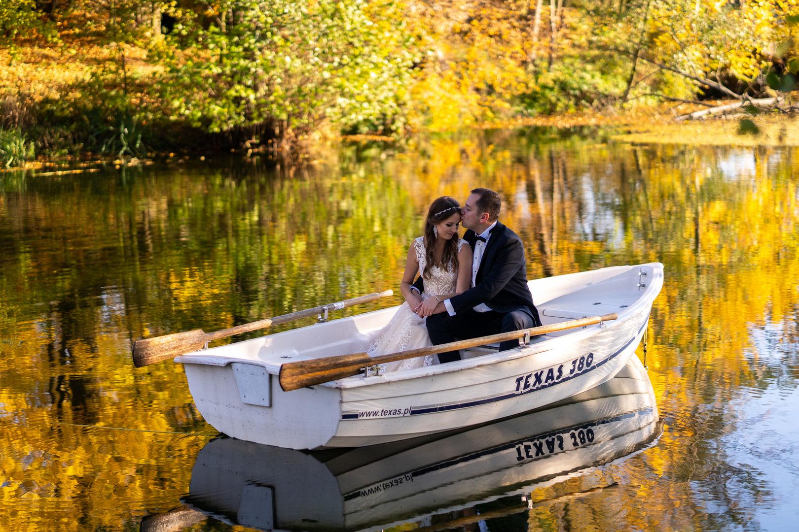 Jesienna sesja ślubna na łódce