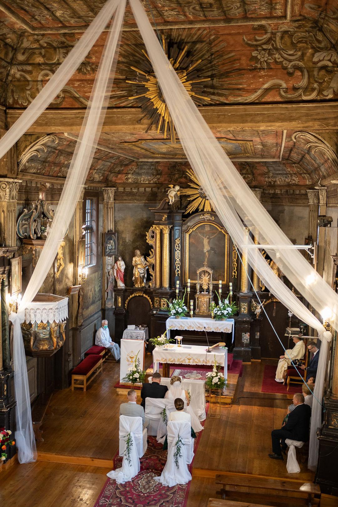 Ślub w zabytkowym, drewnianym kościele