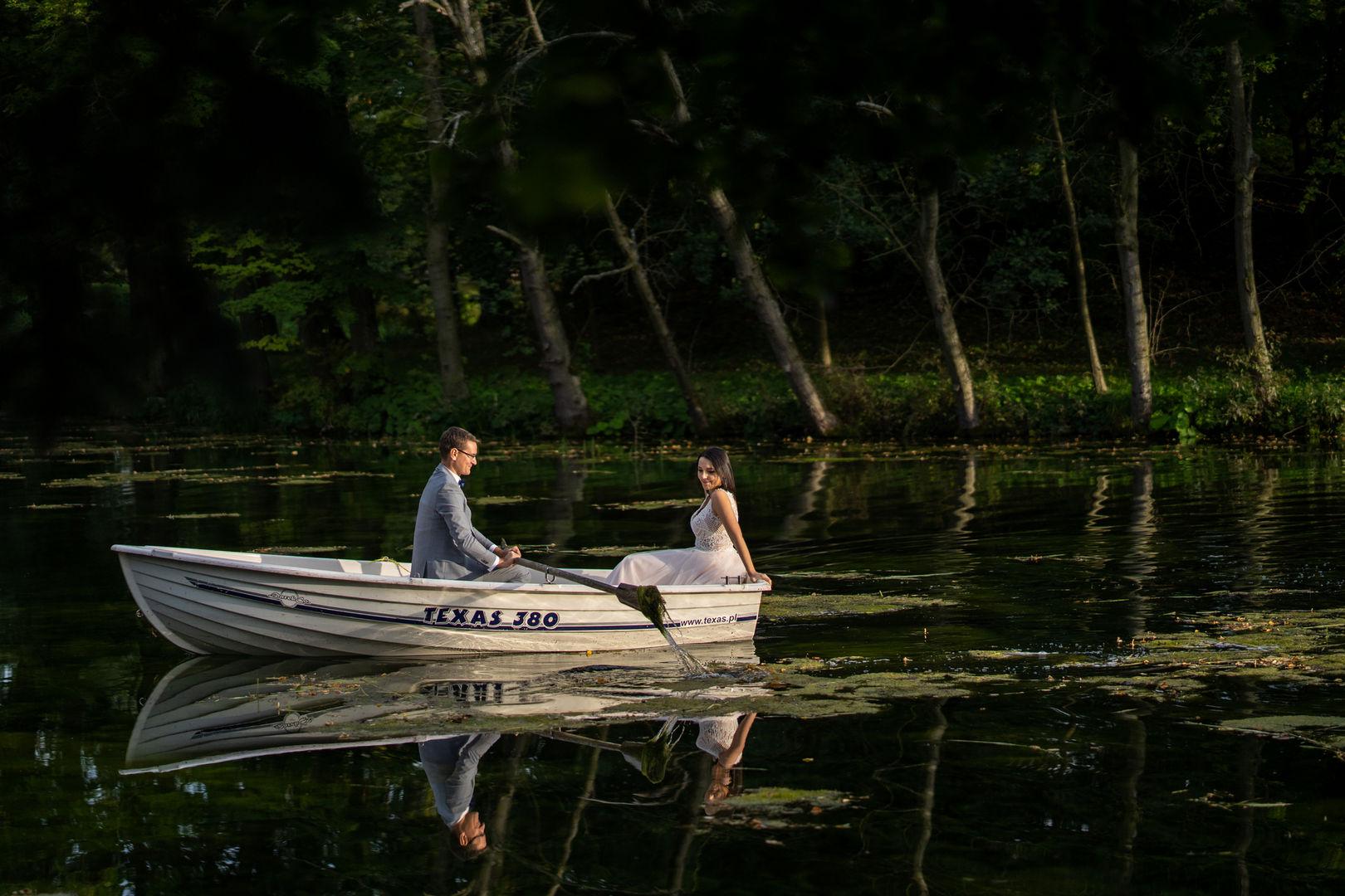 Para młoda na jeziorze w łódce