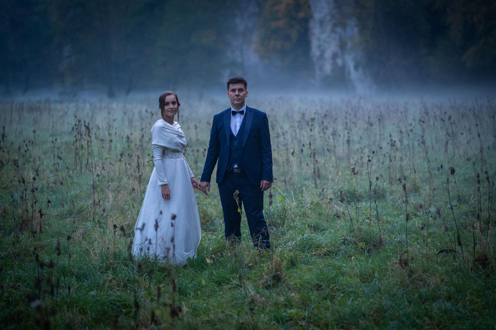 Para młoda wśród mgieł